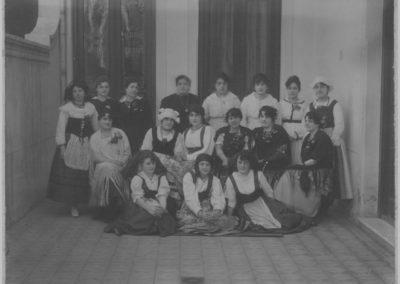 Sociedad_Francesa_nias_con_vestimentas_tpicas_1920_3